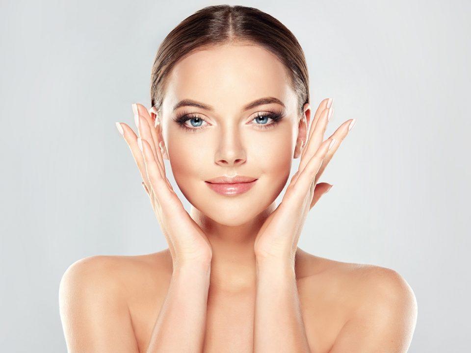 zümrüt ışıltısı sayesinde doğal ışıltı sahibi kadın cildi