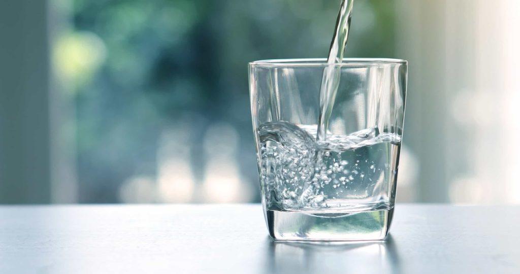 Cam bardağa dolmakta olan su
