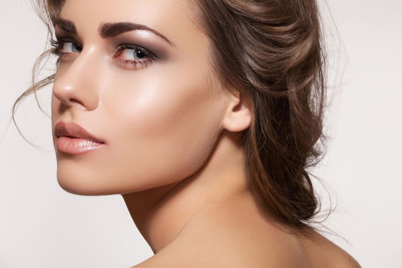 dudak kontür ile dolgun dudakları olan bir kadının yüzü