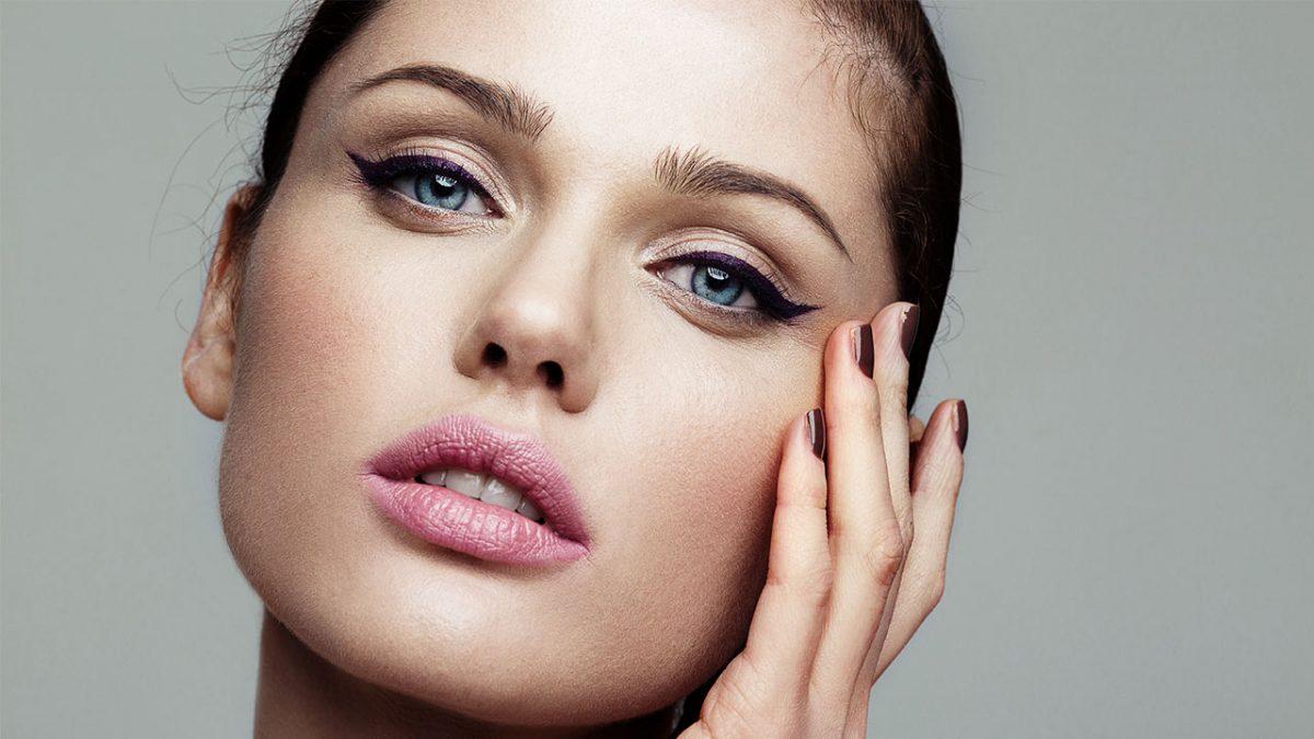 Eyeliner Kontür yaptırmış olan mavi gözlü güzel kadın
