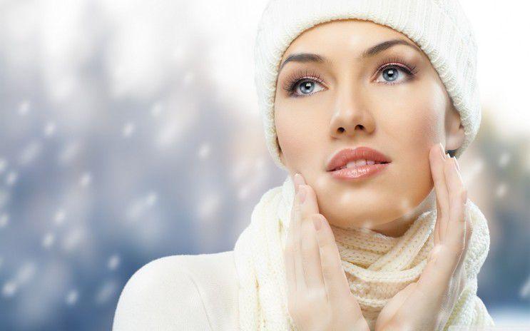 Kış için cilt bakımı yapan kadın