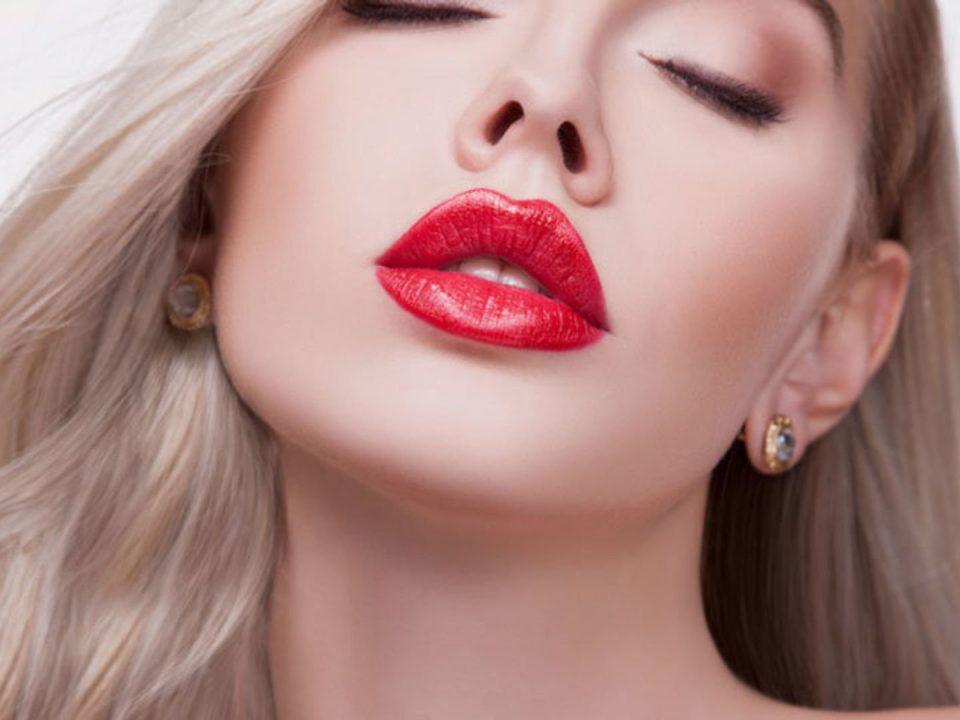 ideal dudaklar ile öne çıkan güzel kadın